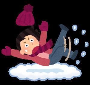雪で滑って転んだ女性