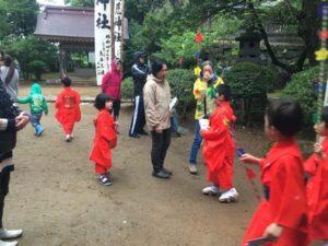 赤い着物のかわいい子供たち