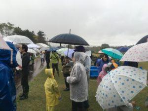 雨降りの鮭のつかみどり大会