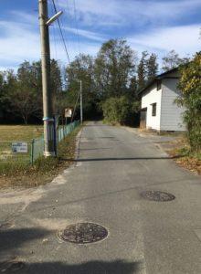 旧青山本堤邸を出て、この道をまっすぐ行く。