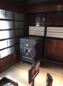 旧青山本邸帳場の立派な金庫