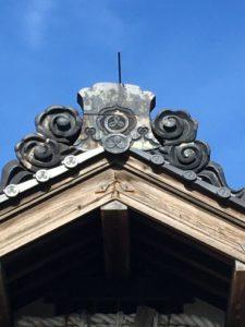 屋根のてっぺんに三つ柏の家紋